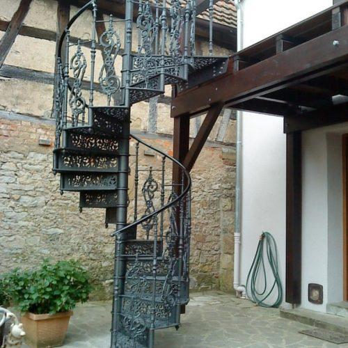 Gußeiserne Wendeltreppe an einem Fachwerkhaus